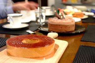 ケーキを並べたテーブルの写真素材 [FYI00424397]