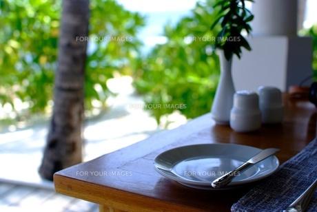 モルディブのビーチ脇のダイニングテーブルの写真素材 [FYI00424399]
