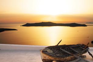 日の入りの海と舟の素材 [FYI00424424]