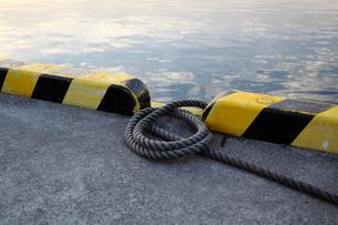 埠頭のロープの写真素材 [FYI00424435]