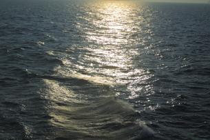 瀬戸内海の波の素材 [FYI00424452]
