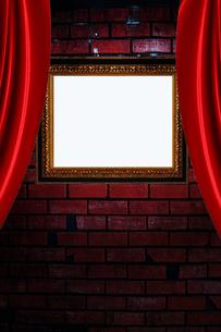 赤カーテンと額縁の写真素材 [FYI00424512]