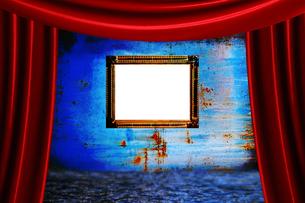 赤カーテンと額と青い壁の写真素材 [FYI00424533]