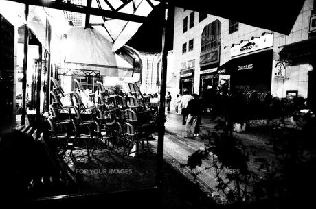 20年ほど前のパリの夜のカフェの素材 [FYI00424577]