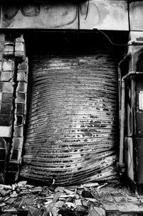 1995神戸被災したシャッターの写真素材 [FYI00424627]