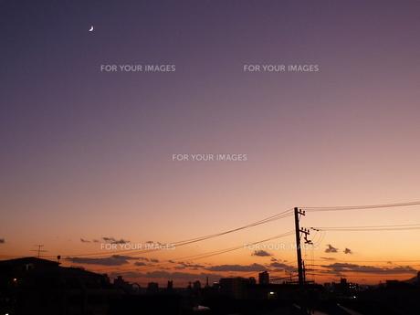 夕暮れと月の写真素材 [FYI00424961]