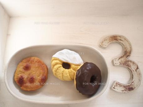 3 と ドーナツと煎餅の写真素材 [FYI00425093]