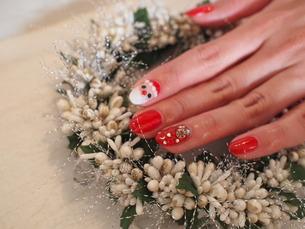 クリスマス サンタネイルの写真素材 [FYI00425099]