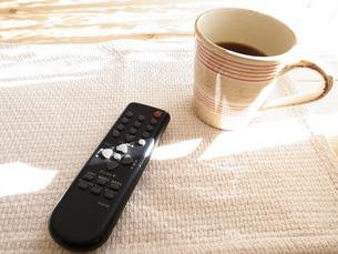 コーヒーとリモコンの写真素材 [FYI00425121]