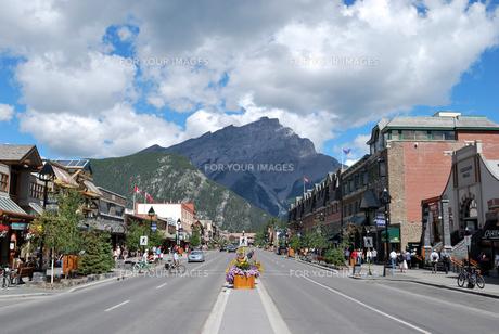 バンフのメインストリートとカスケード山の写真素材 [FYI00425122]