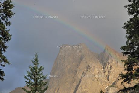 Carnarvon山に掛かる虹の写真素材 [FYI00425134]