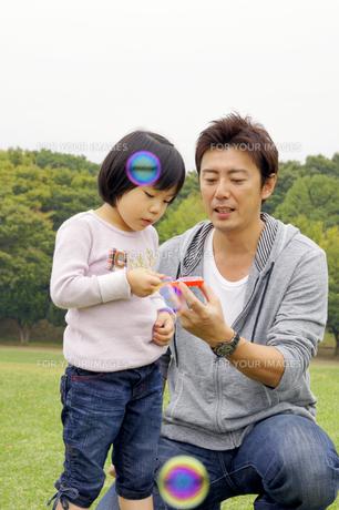 シャボン玉で遊ぶ親子の素材 [FYI00425202]