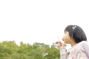 シャボン玉で遊ぶ女の子の写真素材 [FYI00425215]