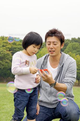 シャボン玉で遊ぶ親子の素材 [FYI00425217]