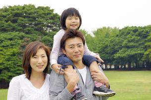 公園でほほえむ親子の写真素材 [FYI00425235]