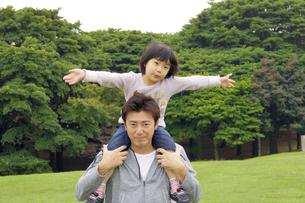 公園で肩車をする親子の写真素材 [FYI00425241]
