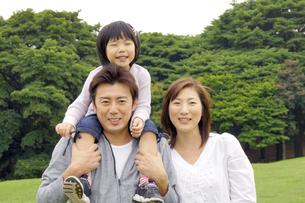 公園で笑顔の親子ポートレートの写真素材 [FYI00425243]