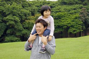 公園で肩車をする親子の写真素材 [FYI00425247]