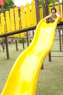 滑り台で遊ぶ女の子の写真素材 [FYI00425256]
