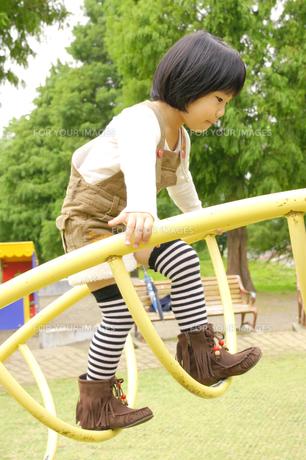 公園で遊ぶ女の子の素材 [FYI00425260]