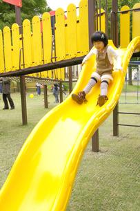 滑り台で遊ぶ女の子の写真素材 [FYI00425261]