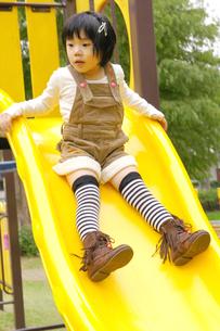 滑り台で遊ぶ女の子の写真素材 [FYI00425262]