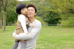 女の子を抱きかかえる父親の素材 [FYI00425267]