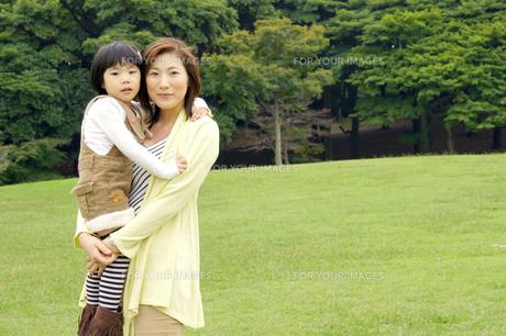 女の子を抱きかかえる母親の素材 [FYI00425268]