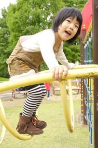 公園で遊ぶ女の子の素材 [FYI00425269]