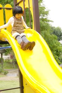 滑り台で遊ぶ女の子の写真素材 [FYI00425270]