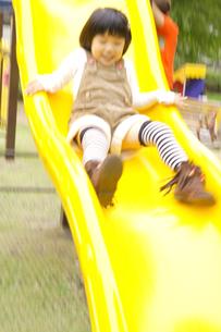 滑り台で遊ぶ女の子の写真素材 [FYI00425271]