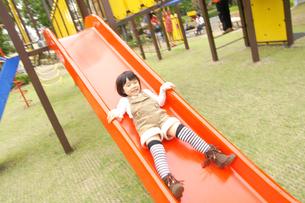 滑り台で遊ぶ女の子の写真素材 [FYI00425275]