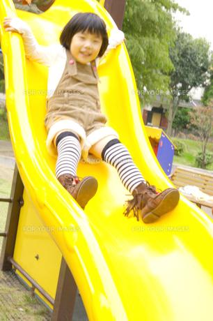 滑り台で遊ぶ女の子の写真素材 [FYI00425278]