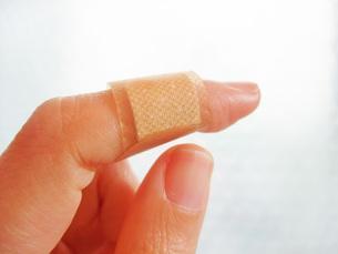 傷の手当の写真素材 [FYI00425514]