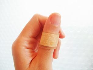 傷の手当の写真素材 [FYI00425527]