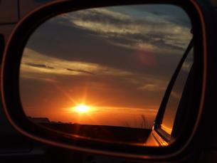 鏡の中の夕陽の写真素材 [FYI00425581]