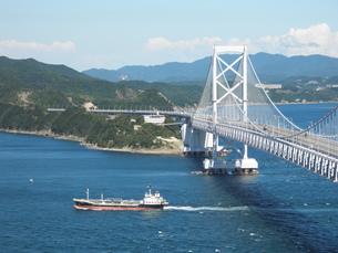 大鳴門橋と船の写真素材 [FYI00427720]