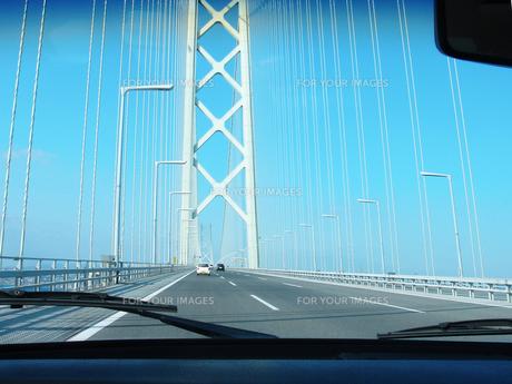 車から見た明石海峡大橋の写真素材 [FYI00428193]
