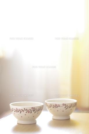 光の中に佇む2つのカフェオレボウルの素材 [FYI00428210]