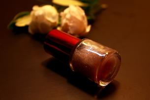 マニキュアとバラの花の写真素材 [FYI00428258]