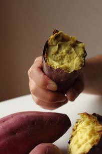 石焼き芋を持つ手の写真素材 [FYI00428290]
