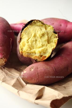 焼き芋と断面図の素材 [FYI00428296]