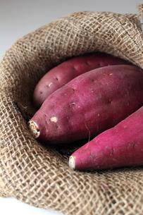 麻袋とサツマイモの写真素材 [FYI00428303]