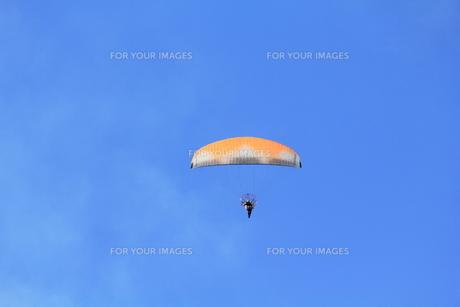 青空とパラグライダーの写真素材 [FYI00428339]