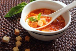 トマトスープとクルトンの写真素材 [FYI00428343]