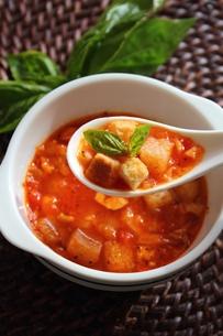 トマトスープとスイートバジルの写真素材 [FYI00428358]