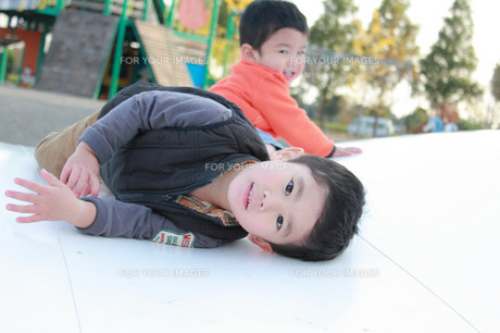 公園で遊ぶ子供達の写真素材 [FYI00428391]