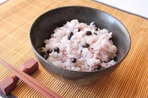 黒千石黒大豆の炊き込みご飯の写真素材 [FYI00428449]