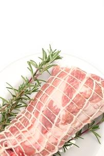 ネットをかけた豚肩ロースの写真素材 [FYI00428608]