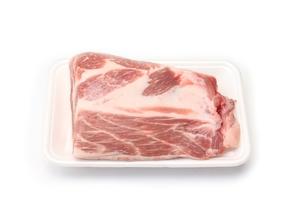 トレーに入った豚肩ロースブロックの写真素材 [FYI00428609]